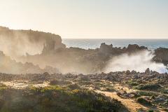 Vågor slår in mot klipporna